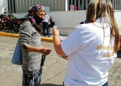 anciana con cubrebocas en la calle