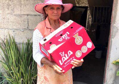 Anciana con sombrero rosa