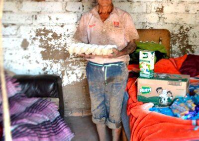 Anciano sosteniendo cartera de huevo