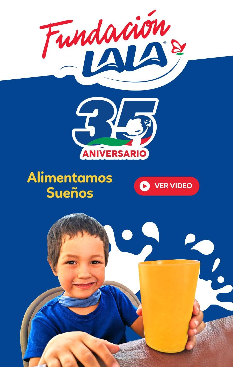 Niño feliz tomando leche